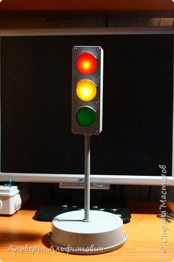 """Здравствуйте, дорогие друзья! В сегодняшней статье, я хочу Вас кратко ознакомить с действующей моделью светофора. Начнем с верхней части-сам светофор напечатан на 3D принтере из 2 частей: короб и передняя панелька с козырьками. В отверстия вставлены цветные """"стеклышки"""" круглой формы, которые тоже напечатаны на принтере.  фото 1"""