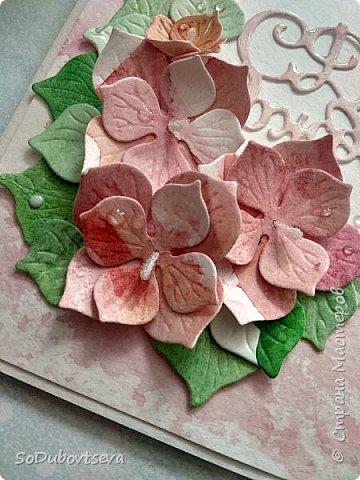 """Открытка хоть и цветочная, но выполненная ближе к стилю микс-медия. Фон сделан при помощи акварельных красок. Цветы так же как и листочки ручной работы сделаны с помощью ножей от """"LadyBug""""  """"Гортензия Микс"""" фото 3"""