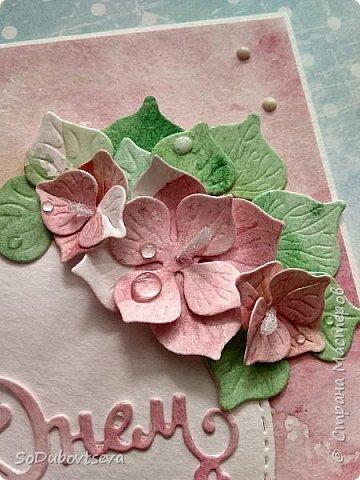 """Открытка хоть и цветочная, но выполненная ближе к стилю микс-медия. Фон сделан при помощи акварельных красок. Цветы так же как и листочки ручной работы сделаны с помощью ножей от """"LadyBug""""  """"Гортензия Микс"""" фото 2"""