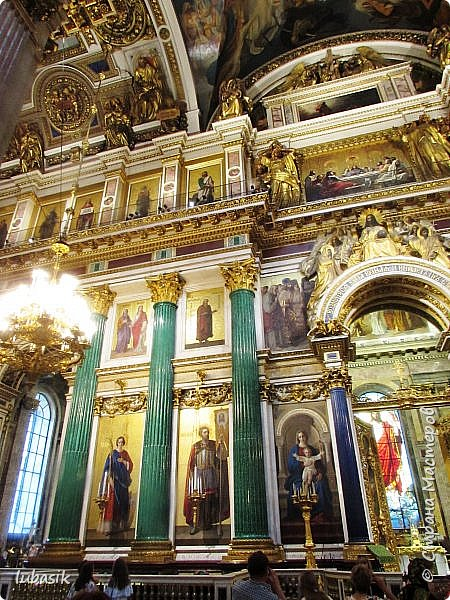Продолжаю экскурсию по Любимому мной Питеру. Сегодня мы посетим с вами Исаакиевский собор - самый, пожалуй, известный и крупный храм Петербурга. Он поражает своим великолепием и роскошеством как снаружи, так и внутри. До нынешнего лета я была в соборе в 1979 году, но, как оказалось, не очень много запомнила, единственное моё впечатление осталось, что там очень красиво. Да ещё помню маятник Фуко. Он был установлен в 1931 году советской властью как научный прибор с целью доказательства факта, что Земля вращается вокруг своей оси. Маятник был демонтирован в 1986 году. Здание Исаакиевского собора, которым мы можем любоваться сейчас - четвёртое по счёту. фото 24