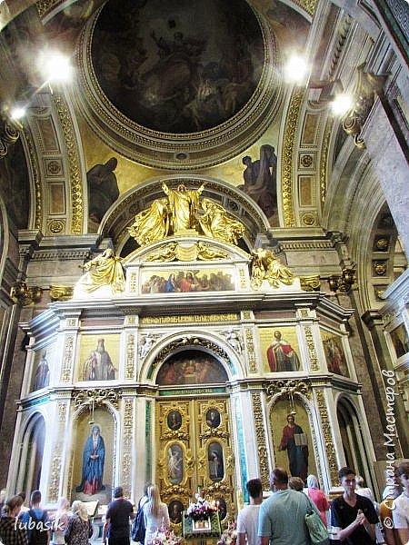 Продолжаю экскурсию по Любимому мной Питеру. Сегодня мы посетим с вами Исаакиевский собор - самый, пожалуй, известный и крупный храм Петербурга. Он поражает своим великолепием и роскошеством как снаружи, так и внутри. До нынешнего лета я была в соборе в 1979 году, но, как оказалось, не очень много запомнила, единственное моё впечатление осталось, что там очень красиво. Да ещё помню маятник Фуко. Он был установлен в 1931 году советской властью как научный прибор с целью доказательства факта, что Земля вращается вокруг своей оси. Маятник был демонтирован в 1986 году. Здание Исаакиевского собора, которым мы можем любоваться сейчас - четвёртое по счёту. фото 34