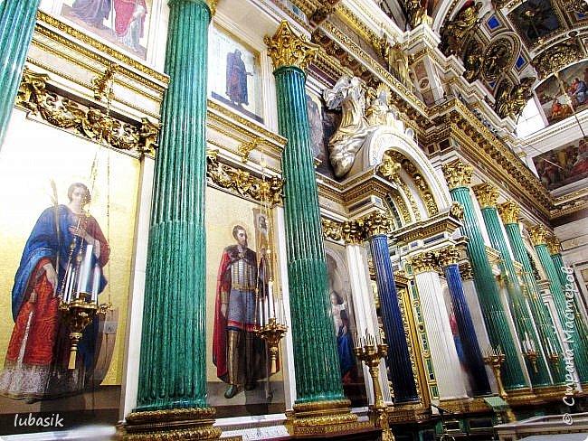 Продолжаю экскурсию по Любимому мной Питеру. Сегодня мы посетим с вами Исаакиевский собор - самый, пожалуй, известный и крупный храм Петербурга. Он поражает своим великолепием и роскошеством как снаружи, так и внутри. До нынешнего лета я была в соборе в 1979 году, но, как оказалось, не очень много запомнила, единственное моё впечатление осталось, что там очень красиво. Да ещё помню маятник Фуко. Он был установлен в 1931 году советской властью как научный прибор с целью доказательства факта, что Земля вращается вокруг своей оси. Маятник был демонтирован в 1986 году. Здание Исаакиевского собора, которым мы можем любоваться сейчас - четвёртое по счёту. фото 25