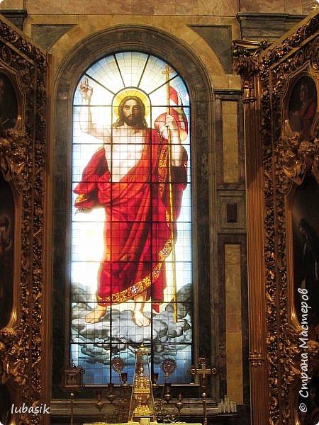 Продолжаю экскурсию по Любимому мной Питеру. Сегодня мы посетим с вами Исаакиевский собор - самый, пожалуй, известный и крупный храм Петербурга. Он поражает своим великолепием и роскошеством как снаружи, так и внутри. До нынешнего лета я была в соборе в 1979 году, но, как оказалось, не очень много запомнила, единственное моё впечатление осталось, что там очень красиво. Да ещё помню маятник Фуко. Он был установлен в 1931 году советской властью как научный прибор с целью доказательства факта, что Земля вращается вокруг своей оси. Маятник был демонтирован в 1986 году. Здание Исаакиевского собора, которым мы можем любоваться сейчас - четвёртое по счёту. фото 29