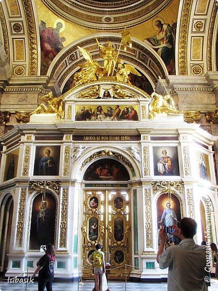Продолжаю экскурсию по Любимому мной Питеру. Сегодня мы посетим с вами Исаакиевский собор - самый, пожалуй, известный и крупный храм Петербурга. Он поражает своим великолепием и роскошеством как снаружи, так и внутри. До нынешнего лета я была в соборе в 1979 году, но, как оказалось, не очень много запомнила, единственное моё впечатление осталось, что там очень красиво. Да ещё помню маятник Фуко. Он был установлен в 1931 году советской властью как научный прибор с целью доказательства факта, что Земля вращается вокруг своей оси. Маятник был демонтирован в 1986 году. Здание Исаакиевского собора, которым мы можем любоваться сейчас - четвёртое по счёту. фото 32