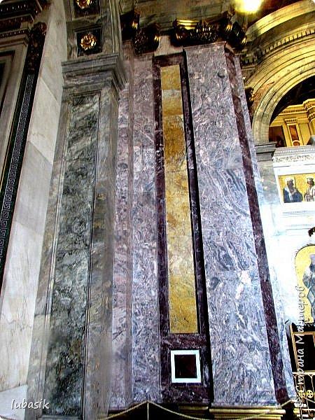 Продолжаю экскурсию по Любимому мной Питеру. Сегодня мы посетим с вами Исаакиевский собор - самый, пожалуй, известный и крупный храм Петербурга. Он поражает своим великолепием и роскошеством как снаружи, так и внутри. До нынешнего лета я была в соборе в 1979 году, но, как оказалось, не очень много запомнила, единственное моё впечатление осталось, что там очень красиво. Да ещё помню маятник Фуко. Он был установлен в 1931 году советской властью как научный прибор с целью доказательства факта, что Земля вращается вокруг своей оси. Маятник был демонтирован в 1986 году. Здание Исаакиевского собора, которым мы можем любоваться сейчас - четвёртое по счёту. фото 10