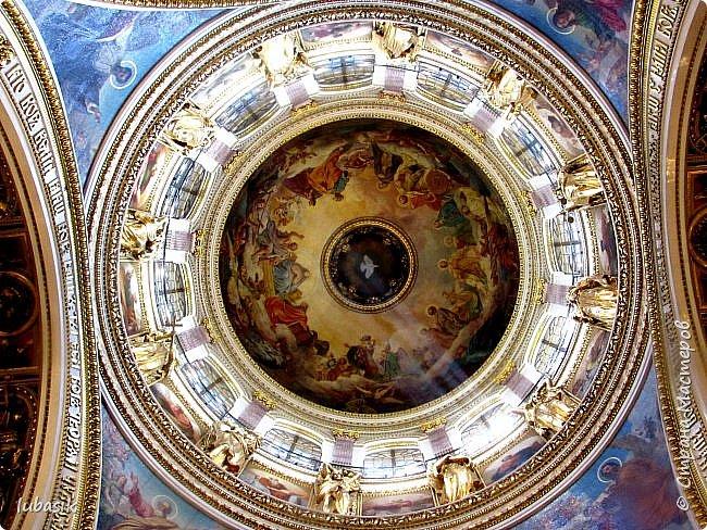 Продолжаю экскурсию по Любимому мной Питеру. Сегодня мы посетим с вами Исаакиевский собор - самый, пожалуй, известный и крупный храм Петербурга. Он поражает своим великолепием и роскошеством как снаружи, так и внутри. До нынешнего лета я была в соборе в 1979 году, но, как оказалось, не очень много запомнила, единственное моё впечатление осталось, что там очень красиво. Да ещё помню маятник Фуко. Он был установлен в 1931 году советской властью как научный прибор с целью доказательства факта, что Земля вращается вокруг своей оси. Маятник был демонтирован в 1986 году. Здание Исаакиевского собора, которым мы можем любоваться сейчас - четвёртое по счёту. фото 21