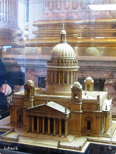 Продолжаю экскурсию по Любимому мной Питеру. Сегодня мы посетим с вами Исаакиевский собор - самый, пожалуй, известный и крупный храм Петербурга. Он поражает своим великолепием и роскошеством как снаружи, так и внутри. До нынешнего лета я была в соборе в 1979 году, но, как оказалось, не очень много запомнила, единственное моё впечатление осталось, что там очень красиво. Да ещё помню маятник Фуко. Он был установлен в 1931 году советской властью как научный прибор с целью доказательства факта, что Земля вращается вокруг своей оси. Маятник был демонтирован в 1986 году. Здание Исаакиевского собора, которым мы можем любоваться сейчас - четвёртое по счёту. фото 3