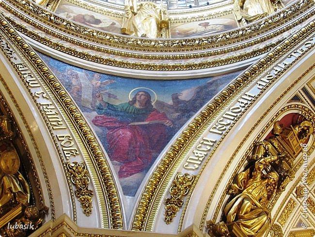 Продолжаю экскурсию по Любимому мной Питеру. Сегодня мы посетим с вами Исаакиевский собор - самый, пожалуй, известный и крупный храм Петербурга. Он поражает своим великолепием и роскошеством как снаружи, так и внутри. До нынешнего лета я была в соборе в 1979 году, но, как оказалось, не очень много запомнила, единственное моё впечатление осталось, что там очень красиво. Да ещё помню маятник Фуко. Он был установлен в 1931 году советской властью как научный прибор с целью доказательства факта, что Земля вращается вокруг своей оси. Маятник был демонтирован в 1986 году. Здание Исаакиевского собора, которым мы можем любоваться сейчас - четвёртое по счёту. фото 16