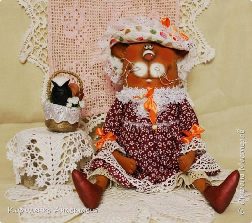 Куклы по мотивам работ Татьяны Козыревой продолжаются. Ну очень они позитивные и нравятся мне тоже очень. Эта дама Кошечка из летней серии. Так не хочется чтобы лето закончилось. Скорее корзинку с легким завтраком в руки и на прогулку, желательно на природу! фото 2