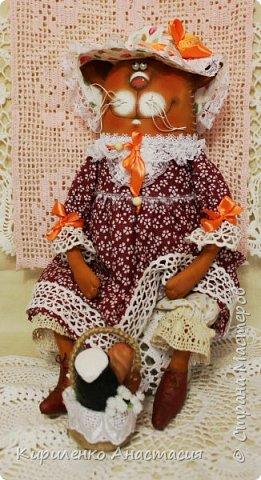 Куклы по мотивам работ Татьяны Козыревой продолжаются. Ну очень они позитивные и нравятся мне тоже очень. Эта дама Кошечка из летней серии. Так не хочется чтобы лето закончилось. Скорее корзинку с легким завтраком в руки и на прогулку, желательно на природу! фото 1