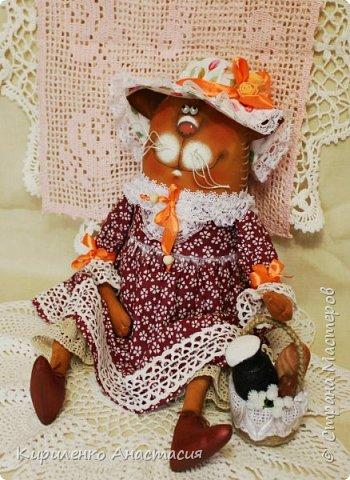 Куклы по мотивам работ Татьяны Козыревой продолжаются. Ну очень они позитивные и нравятся мне тоже очень. Эта дама Кошечка из летней серии. Так не хочется чтобы лето закончилось. Скорее корзинку с легким завтраком в руки и на прогулку, желательно на природу! фото 3