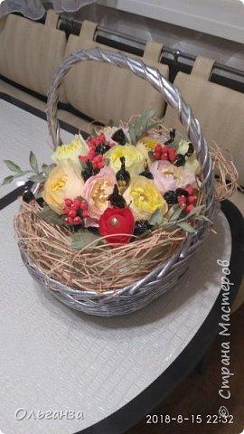 Моя первая работа в свит-дизайне. Сделала на день рождения дочери корзину с цветами и конфетами. Цветы, ягоды, листья - все сделано из гофробумаги по МК Алёны Цворик и Алины Романовой. Спасибо им большое за такие понятные МК. фото 2