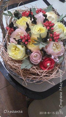 Моя первая работа в свит-дизайне. Сделала на день рождения дочери корзину с цветами и конфетами. Цветы, ягоды, листья - все сделано из гофробумаги по МК Алёны Цворик и Алины Романовой. Спасибо им большое за такие понятные МК. фото 1