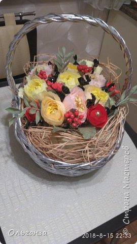 Моя первая работа в свит-дизайне. Сделала на день рождения дочери корзину с цветами и конфетами. Цветы, ягоды, листья - все сделано из гофробумаги по МК Алёны Цворик и Алины Романовой. Спасибо им большое за такие понятные МК. фото 3