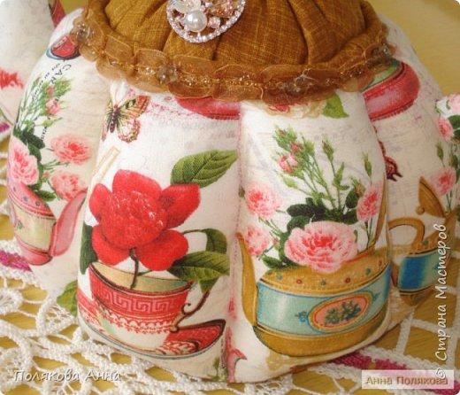 Доброго летнего настроения, дорогие мастерицы!  У меня готов новый текстильный чайник.  Этот чайник большой! Так получилось по рисунку ткани. Высота и диаметр по донышку 19см. Вот такой гигантик! фото 5