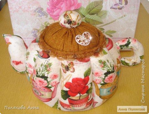 Доброго летнего настроения, дорогие мастерицы!  У меня готов новый текстильный чайник.  Этот чайник большой! Так получилось по рисунку ткани. Высота и диаметр по донышку 19см. Вот такой гигантик! фото 2