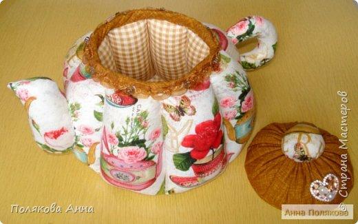 Доброго летнего настроения, дорогие мастерицы!  У меня готов новый текстильный чайник.  Этот чайник большой! Так получилось по рисунку ткани. Высота и диаметр по донышку 19см. Вот такой гигантик! фото 3