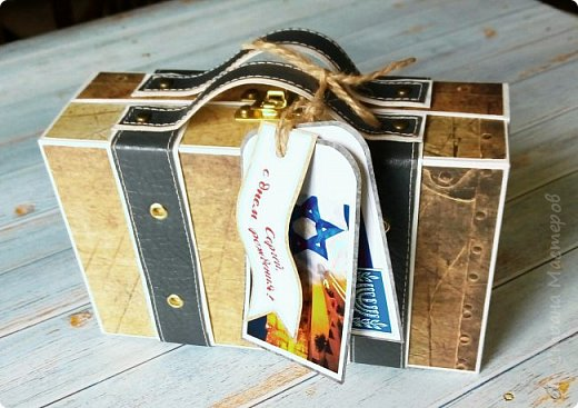 Сегодня покажу коробочку для подарка в виде чемоданчика. Сделан на заказ для успешного парня, любителя путешествий. Следующая его мечта - съездить в Израиль, отсюда такие тэги.. фото 1