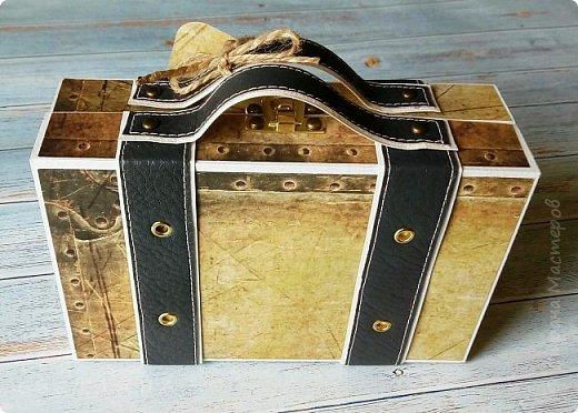 Сегодня покажу коробочку для подарка в виде чемоданчика. Сделан на заказ для успешного парня, любителя путешествий. Следующая его мечта - съездить в Израиль, отсюда такие тэги.. фото 2