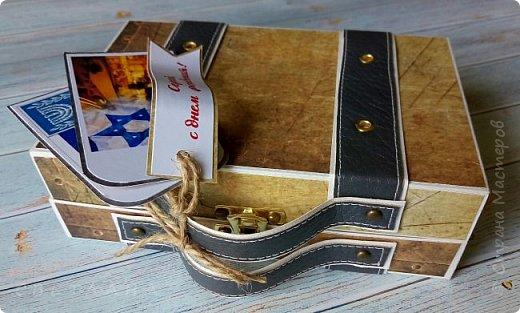 Сегодня покажу коробочку для подарка в виде чемоданчика. Сделан на заказ для успешного парня, любителя путешествий. Следующая его мечта - съездить в Израиль, отсюда такие тэги.. фото 3