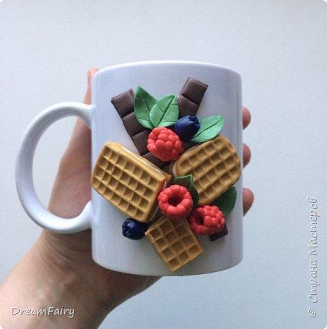 Кружка с ягодами и вафлями из полимерной глины своими руками