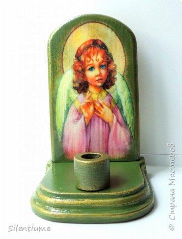 Вот такое панно-подставочка для свечи делала в подарок одному хорошему человеку. Декупаж, окрашивание, золочение, лак.