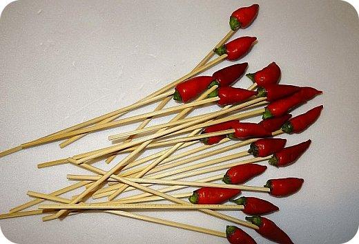 Розы из носков можно собрать вот в такой букет. В этом букете 31 роза и 21 чили перчик.  Материалы: 1.Носки, точнее готовые цветы по МК https://stranamasterov.ru/node/1151755 2.Перец чили 3.Упаковочная бумага 4.     Тканевая черная сетка или органза 5.Элементы декора 6.     Молярная клейкая лента 7.Садовая проволока 8.     Тесьма, ленты 9.     Шпажки короче основных или длинные зубочистки 10.   Двухсторонная узкая клейкая лента. 11.Инструменты (ножницы, степлер, линейка и др.) фото 3