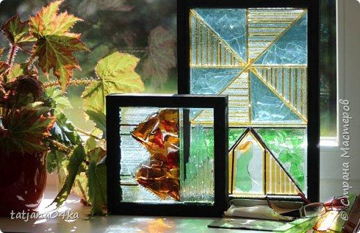 На днях столкнулась с техникой изготовления витражей,,  ,причём очень необычной,,,стекло порезано на куски в 2см,,,применялись разбитые бутылки,банки,бокалы,,три дня мы подбирали, складывали ,собирали мозаичные и геометрические  творческие работы,,очень интересно было,,, фото 10