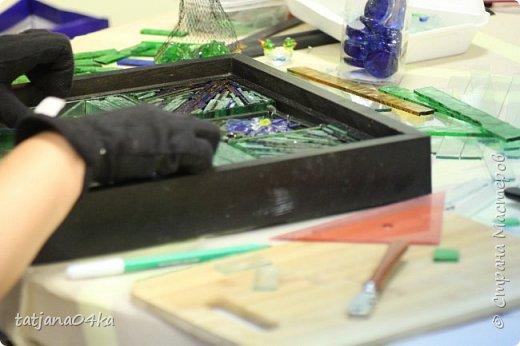 На днях столкнулась с техникой изготовления витражей,,  ,причём очень необычной,,,стекло порезано на куски в 2см,,,применялись разбитые бутылки,банки,бокалы,,три дня мы подбирали, складывали ,собирали мозаичные и геометрические  творческие работы,,очень интересно было,,, фото 9