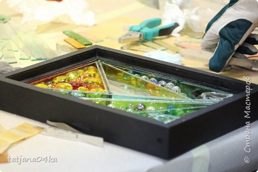 На днях столкнулась с техникой изготовления витражей,,  ,причём очень необычной,,,стекло порезано на куски в 2см,,,применялись разбитые бутылки,банки,бокалы,,три дня мы подбирали, складывали ,собирали мозаичные и геометрические  творческие работы,,очень интересно было,,, фото 8