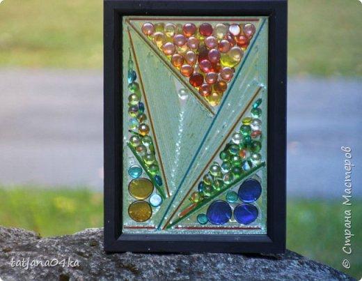На днях столкнулась с техникой изготовления витражей,,  ,причём очень необычной,,,стекло порезано на куски в 2см,,,применялись разбитые бутылки,банки,бокалы,,три дня мы подбирали, складывали ,собирали мозаичные и геометрические  творческие работы,,очень интересно было,,, фото 12
