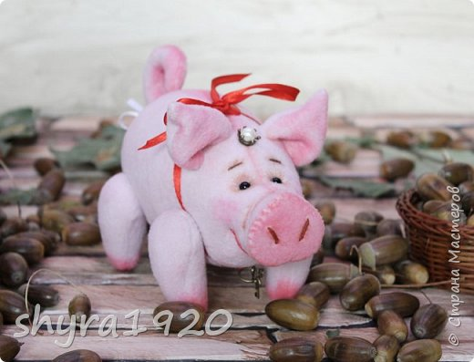 Эта свинка резво пляшет, Эта - хвостиком нам машет, Эта - моет пятачок, Эта - носит паричок. Эта кушает коврижку, И зовут ее Малышка.  Автор: Доброта Н.  фото 6