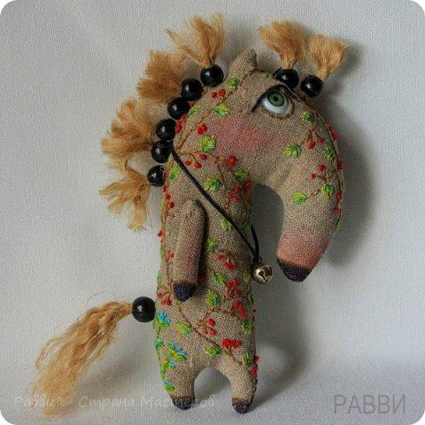 Не совсем кони, не совсем в яблоках! Скорее пони и в рябине, но ведь пони-тоже кони?) Высота лошадки 6 см. фото 1