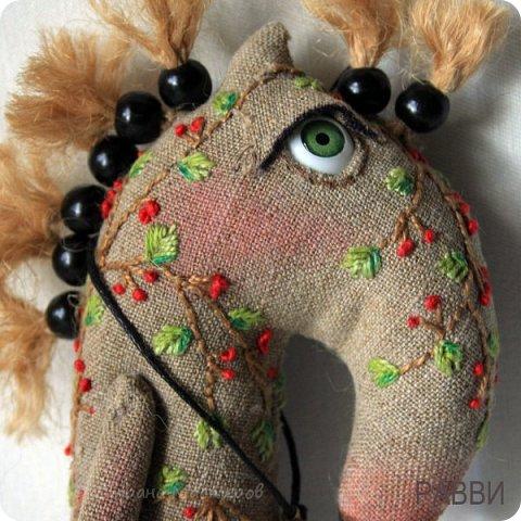 Не совсем кони, не совсем в яблоках! Скорее пони и в рябине, но ведь пони-тоже кони?) Высота лошадки 6 см. фото 2
