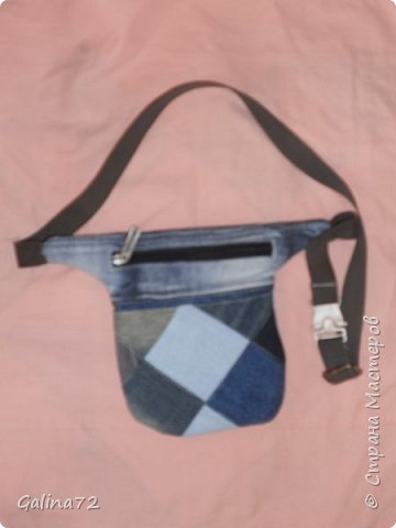 Размер 18*15. Длина ремешка регулируется. Спереди карман. Сама сумка на молнии.