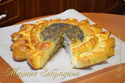 Здравствуйте! Любителям вкусной и оригинальной выпечки предлагаю рецепт сытного пирога «Подсолнух» с мясом и сыром. Очень вкусное тесто и начинка.  Для теста: молоко — 250 мл растительное масло без запаха — 50 г дрожжи сухие — 6 г яйцо — 1 шт. (+ 1 шт. для смазки пирога) сахар — 2 ст. ложка (30 г) соль — 1 ч. л мука — 500 г  Для начинки: мясо — 400 г (филе бедра индейки или  200 г говядины + 200 г свинины)  лук — 3 шт. среднего размера 1 ч.л соли 1/3 ч.л черный молотый перец вода — 50 мл растительное масло (для жарки) — 2-3 ст. ложки. сыр — 200 г  Для декора: мак — 2 ст. ложки. фото 2