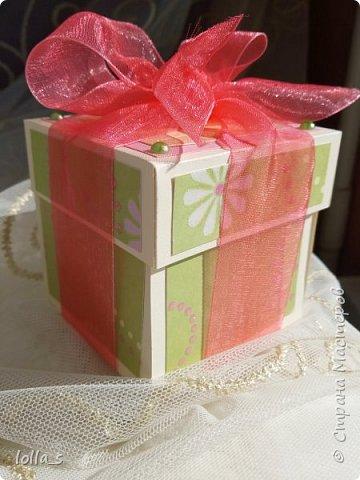 Подарочная коробочка. Внутри маленькая композиция из живых цветов. Есть отделение для денег и место для поздравления. Размер коробочки 7х7х7 см фото 1