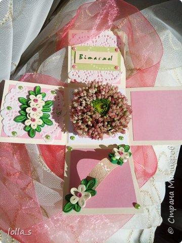 Подарочная коробочка. Внутри маленькая композиция из живых цветов. Есть отделение для денег и место для поздравления. Размер коробочки 7х7х7 см фото 2