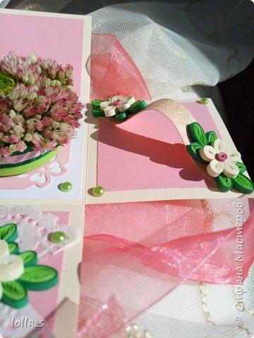 Подарочная коробочка. Внутри маленькая композиция из живых цветов. Есть отделение для денег и место для поздравления. Размер коробочки 7х7х7 см фото 3