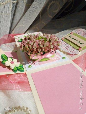 Подарочная коробочка. Внутри маленькая композиция из живых цветов. Есть отделение для денег и место для поздравления. Размер коробочки 7х7х7 см фото 4