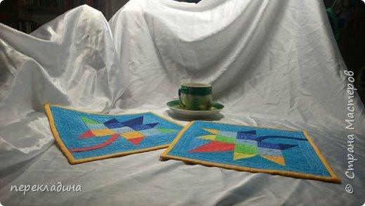 Декоративные салфетки или,как сейчас говорят, ланчматы, сделаны в стиле печворк и отстрочены свободно-ходовой машинной строчкой. ,.   фото 1