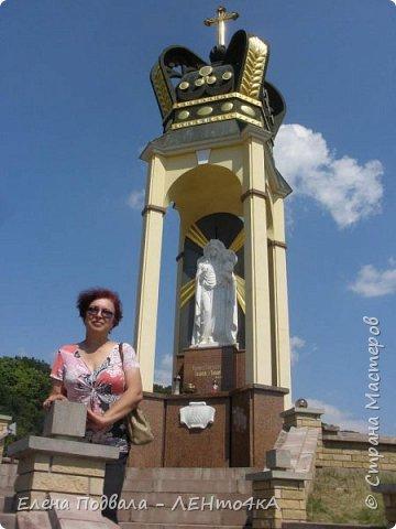 Дорогие друзья!  Это уже 4-й фоторепортаж с моего путешествия по Карпатским красотам в этом году. Нам с сестрой очень повезло, мы попали с экскурсией в Святое место  Греко-католического паломничества - с. Зарваница (Тернопольская обл.) Как его еще называют - Украинский Иерусалим.. К знакомым сестры приехали гости из Донецкой обл. и они очень хотели сюда попасть. Знакомый заказал маленький бусик на 8 мест. Еще 3 места были свободны! Мы с Лидой не могли упустить такую возможность! Поехала с нами еще ее подруга. фото 9