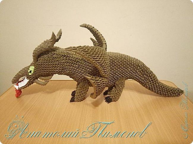 Делал работу из модулей размером 1/64,всего ушло примерно 3500 модулей.Длина дракона получилась 48 см,высота 20 см. фото 1