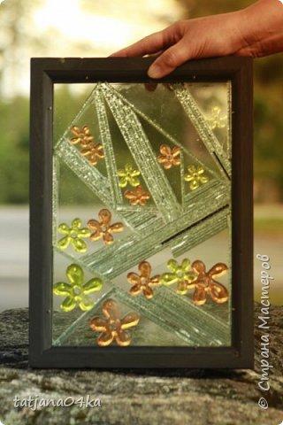 На днях столкнулась с техникой изготовления витражей,,  ,причём очень необычной,,,стекло порезано на куски в 2см,,,применялись разбитые бутылки,банки,бокалы,,три дня мы подбирали, складывали ,собирали мозаичные и геометрические  творческие работы,,очень интересно было,,, фото 14