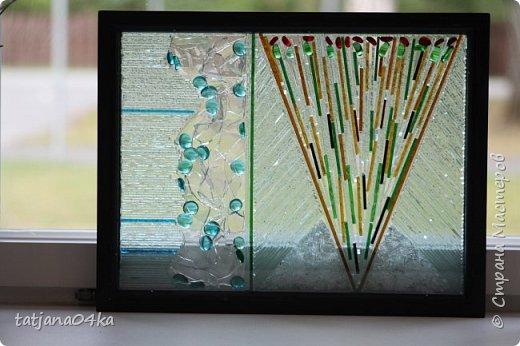 На днях столкнулась с техникой изготовления витражей,,  ,причём очень необычной,,,стекло порезано на куски в 2см,,,применялись разбитые бутылки,банки,бокалы,,три дня мы подбирали, складывали ,собирали мозаичные и геометрические  творческие работы,,очень интересно было,,, фото 16