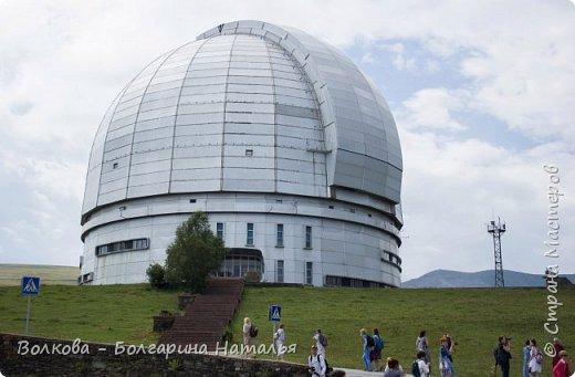 Пожалуй самым необычным и впечатляющим была поездка в обсерваторию. К сожалению был выходной и мы не попали на полноценную экскурсию, во внутрь Большого телескопа. Но само осознание, что ты находишься так высоко, в САМОМ крупном астрономическом центре России, вызывает небывалый восторг. фото 6