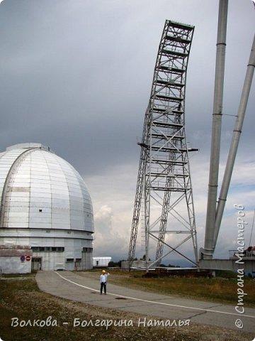 Пожалуй самым необычным и впечатляющим была поездка в обсерваторию. К сожалению был выходной и мы не попали на полноценную экскурсию, во внутрь Большого телескопа. Но само осознание, что ты находишься так высоко, в САМОМ крупном астрономическом центре России, вызывает небывалый восторг. фото 8
