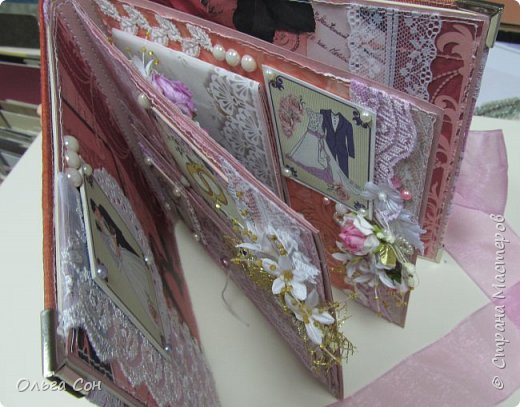 Миник размер 20х20 на день свадьбы в качестве поздравления и денежного подарка- внутри конверт для денег. По началу запланирован только для поздравлений, но есть и место примерно для 10-15 ти фотографий размером 9 х13 фото 20