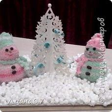 Вот такая поделочка в детский сад... Снеговики из носочков, елочка вырезная из бумаги и пенопласт. фото 1