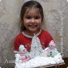 Вот такая поделочка в детский сад... Снеговики из носочков, елочка вырезная из бумаги и пенопласт. фото 2